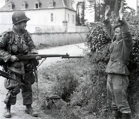 Capturing German soldier